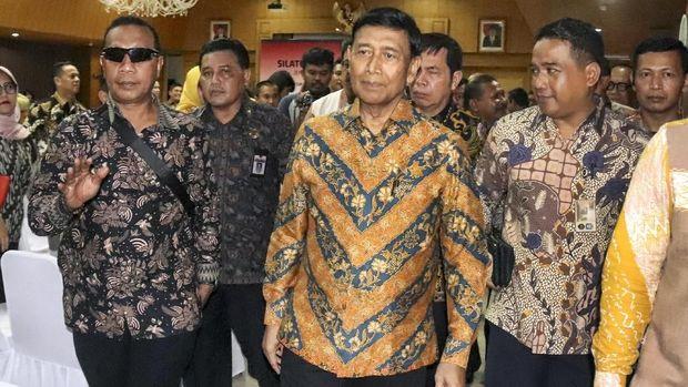 Wiranto (tengah) kembali ke RSPAD usai menghadiri pelantikan Presiden RI Jokowi. (