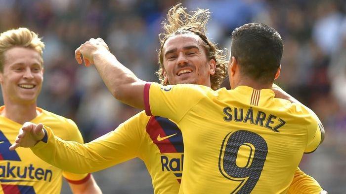 Luis Suarez dan Antoine Griezmann merayakan gol Barcelona ke gawang Eibar. (Foto: Ander Gillenea/AFP)