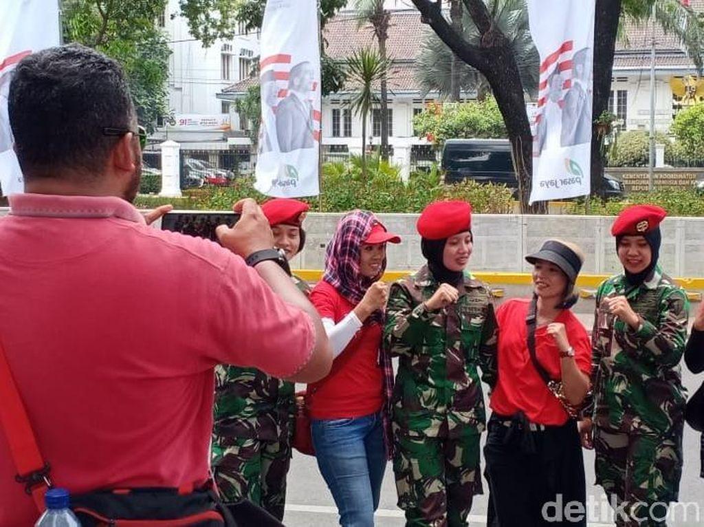 Wanita TNI Jadi Sasaran Foto Bareng Relawan Jokowi di Depan Istana