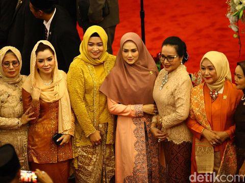Gaya Mulan Jameela yang terlihat anggun dengan gamis bernuansa peach di peresmian presiden