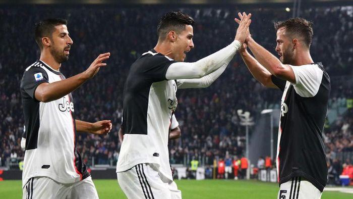 Miralem Pjanic menilai Juventus masih terlalu sering membuang peluang saat hadapi Bologna (Foto: Marco Luzzani/Getty Images)