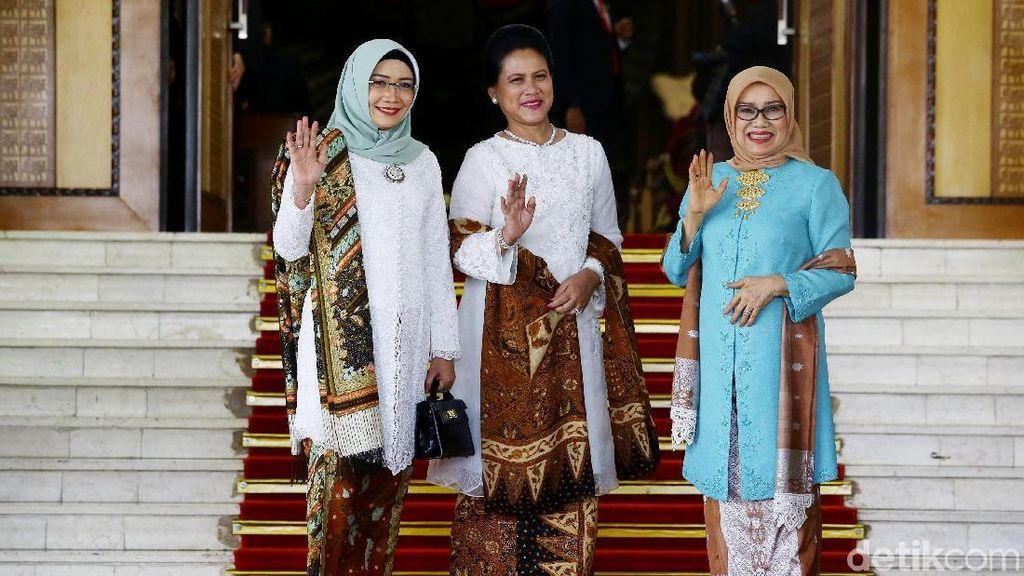 Foto: Kompak Berkebaya Iriana dan Wury Estu di Pelantikan Presiden 2019