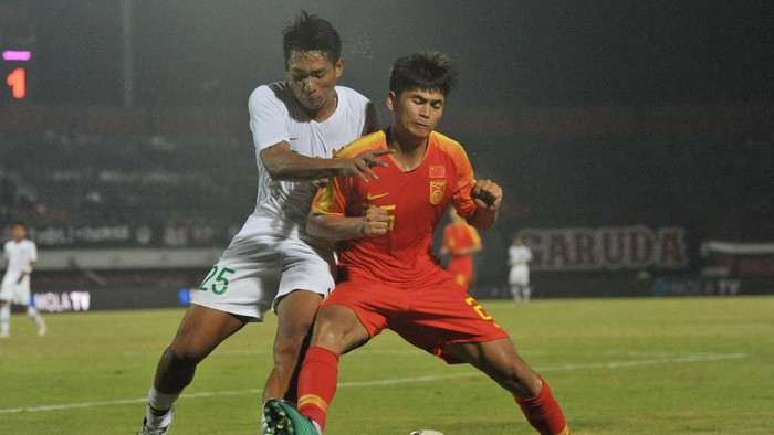 Pesepak bola Timnas U-19 Indonesia Serdy Fano Boky (kiri) berebut bola dengan pesepak bola Timnas U-19 China Tayier Xiaokaitijiang dalam pertandingan persahabatan sepak bola di Stadion I Wayan Dipta, Gianyar, Bali, Minggu (20/10/2019). Timnas U-19 Indonesia kalah dari China dengan skor 1-3. ANTARA FOTO/Nyoman Budhiana/hp.