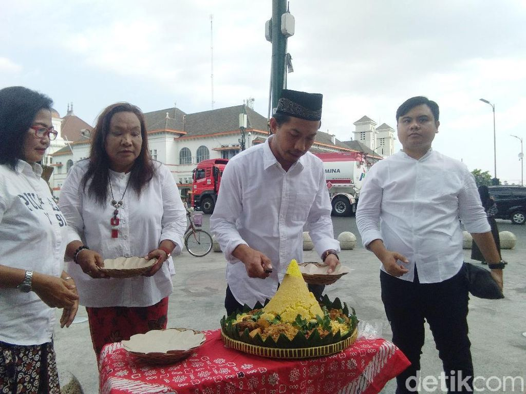 Sambut Pelantikan Presiden, Sejumlah Warga Tumpengan di Titik Nol Yogya