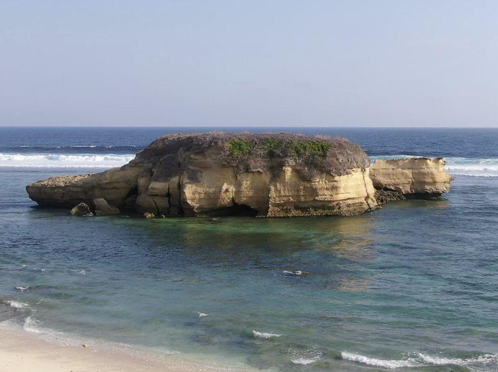 Pantai Kura-kura Ekas Buana, Surga Tersembunyi di Antara Dua Bukit