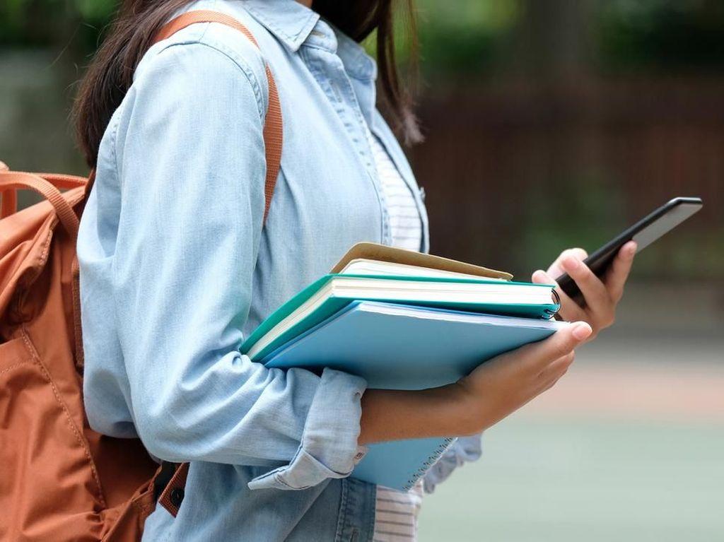 Kota di Jepang Larang Pakai Ponsel Sambil Jalan