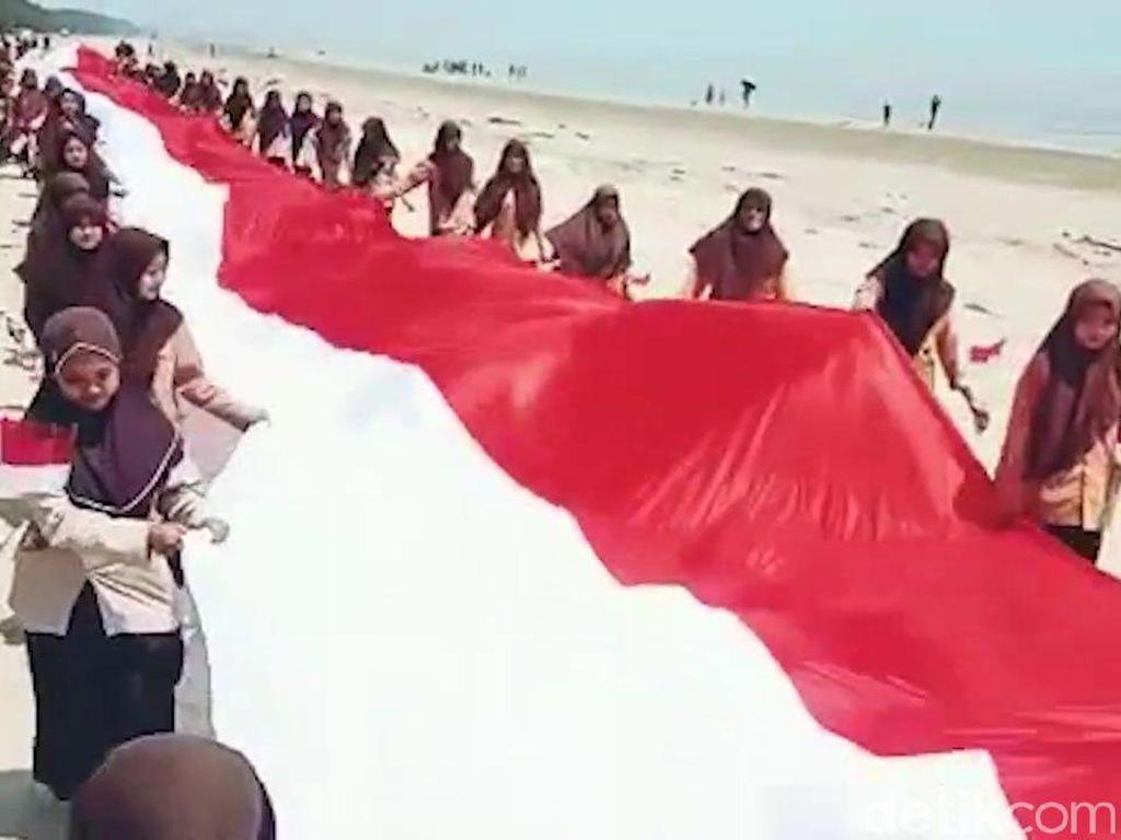 Bendera Raksasa Dikirab Para Pelajar di Tuban dan Sidoarjo