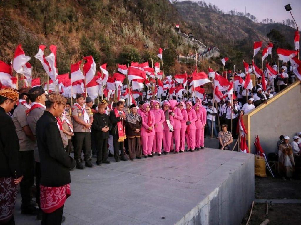 Sambut Pelantikan Presiden, 4.800 Merah Putih Dikibarkan di Bromo