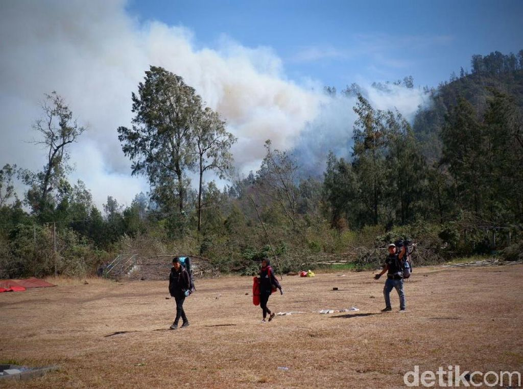 Imbas Kebakaran dan Badai, Pendakian ke Kawah Ijen Ditutup