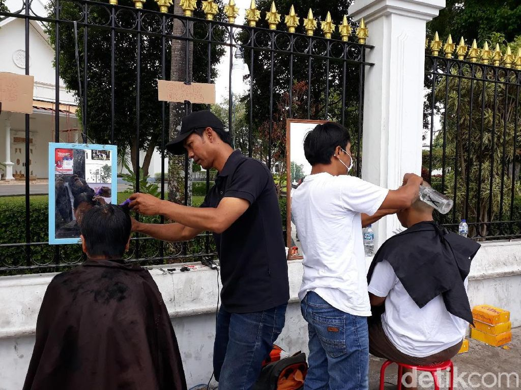 Syukuran Pelantikan Jokowi-Maruf, Ada Cukur Gratis di Titik Nol Yogya
