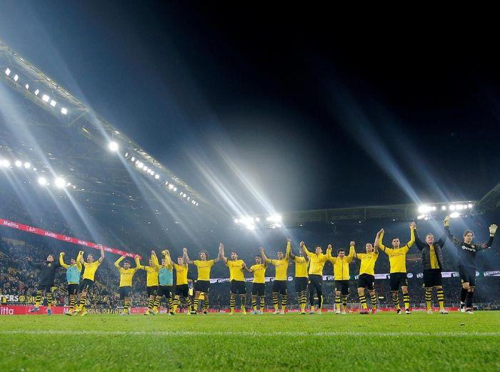 Borussia Dortmund merayakan kemenangan atas Borussia Moenchengladbach. (Foto: Leon Kuegeler/Reuters)
