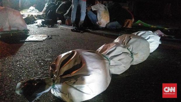 Mahasiswa Kendari melakukan demo dan aksi teatrikal sambil berkemah di depan Polda Sultar menuntut penuntasan kasus kematian dua mahasiswa Universitas Halu Oleo.