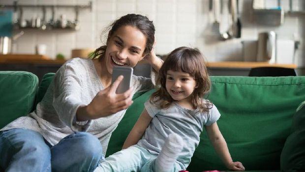 Ilustrasi ibu dan anak foto dari gadget