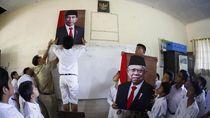 Antusias Siswa SD di Solo Pasang Foto Jokowi-Maruf Amin
