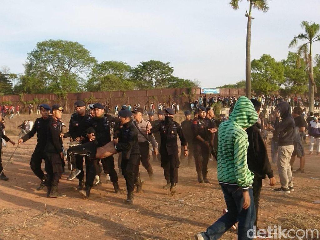 Penonton Ricuh, Polisi Tembakkan Gas Air Mata Saat Cilegon United Vs Perserang