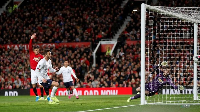 Adam Lallana mencetak gol penyama Liverpool di markas Manchester United. (Foto: Russell Cheyne/REUTERS)