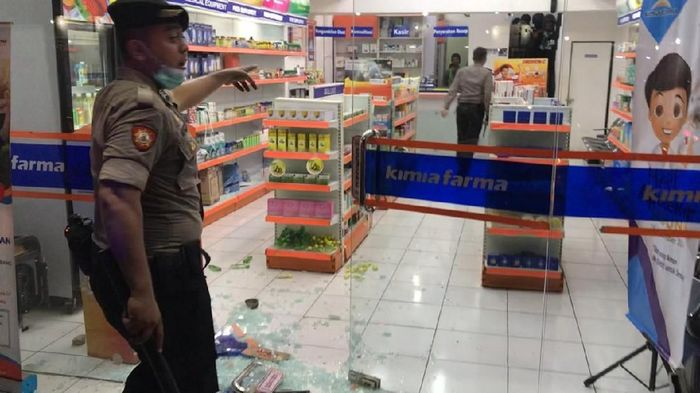 Sebuah apotek rusak akibat dilempari batu sebagai buntut ricuh suporter Perserang vs Cilegon United.Foto: Muhammad Iqbal
