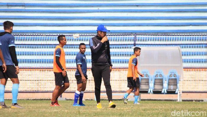 Pelatih Persela Lamongan, Nilmaizar, fokus membenahi lini belakang. (Foto: Eko Sudjarwo/detikcom)