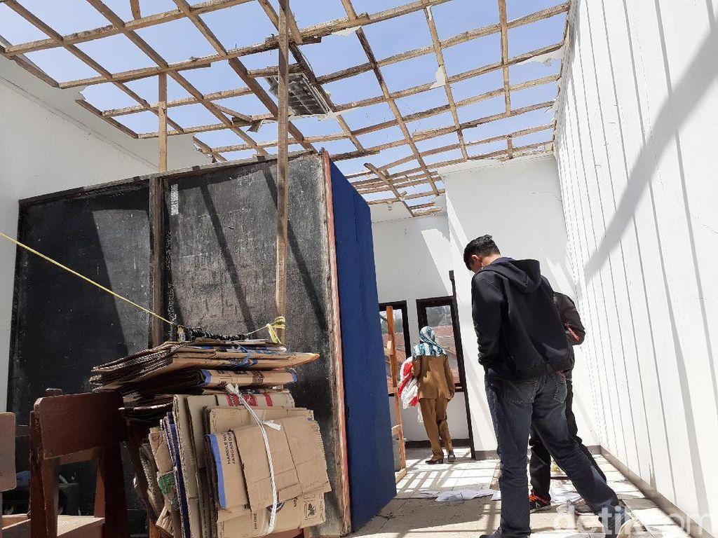 2 Atap Kelas SMA PGRI Lembang Ambruk Disapu Angin, Siswa Diliburkan