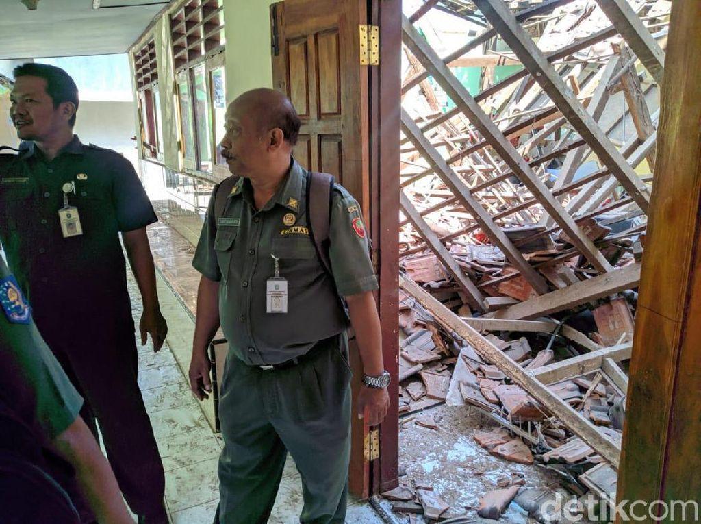 Kerangka Penyangga Genting Lapuk, Atap Sekolah di Ponorogo Ambruk