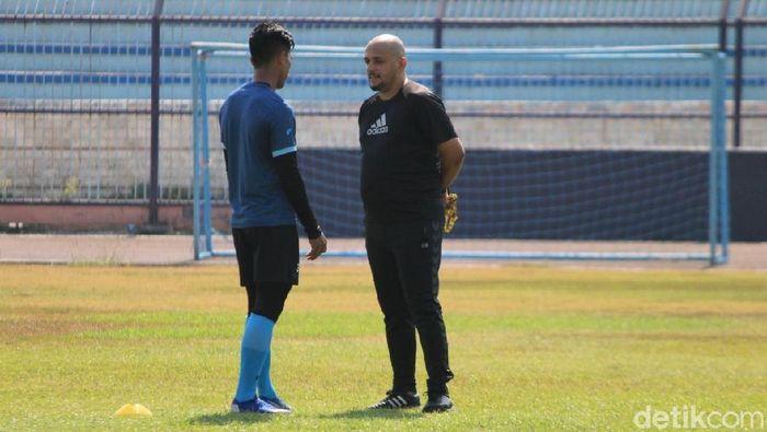 Fabio Oliveira menjadi asisten pelatih Persela Lamongan. (Foto: Eko Sudjarwo/detikcom)