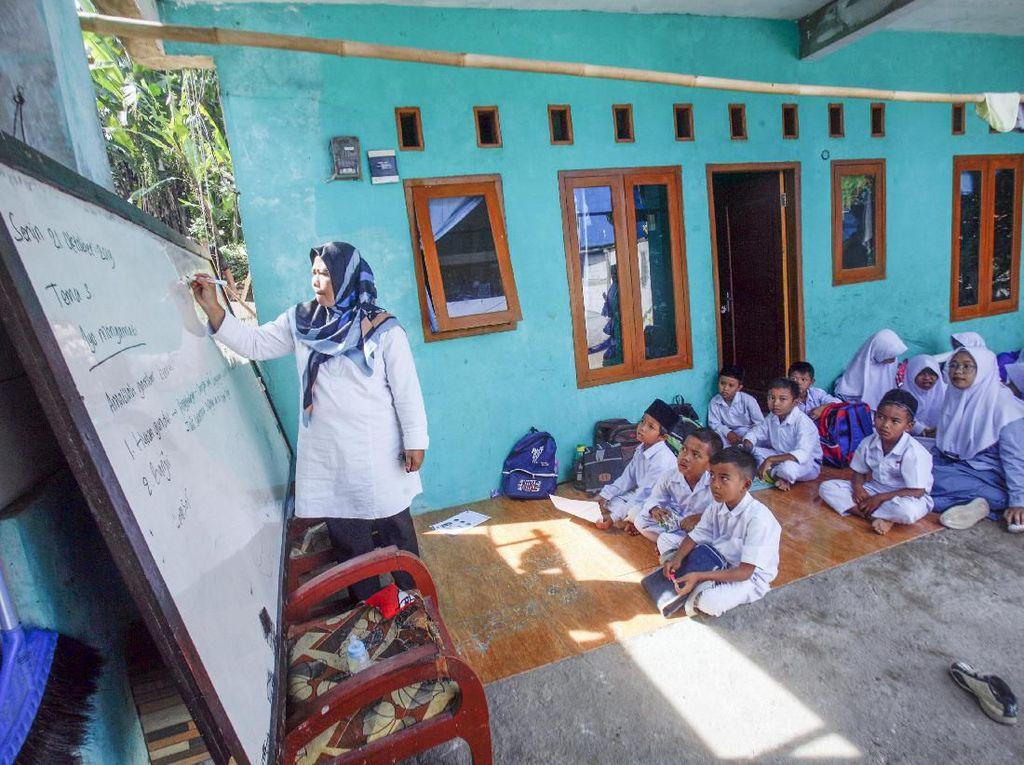 Kondisi Memprihatinkan Kelas Darurat Siswa MI di Kabupaten Bogor
