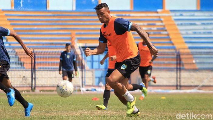Alex dos Santos Goncalves diharapkan bisa tajam lagi saat Persela Lamongan vs Persebaya Surabaya. (Foto: Eko Sudjarwo/detikcom)