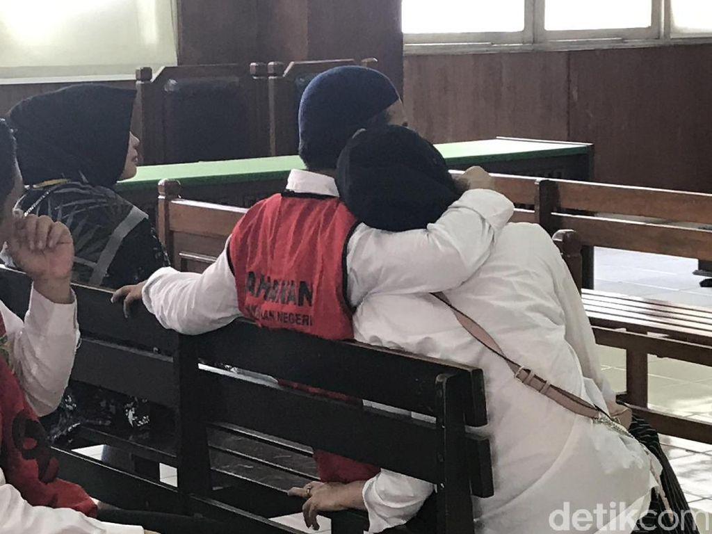 Muach! Ciuman Istri untuk Zul Zivilia Sebelum Jalani Sidang Tuntutan Narkoba