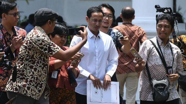 Salah satu pendiri yang juga CEO gojek Nadiem Makarim (tengah) meninggalkan Kompleks Istana Kepresidenan, Jakarta, Senin (21/10/2019). Menurut rencana, Presiden Joko Widodo akan memperkenalkan jajaran kabinet barunya hari ini usai dilantik Minggu (20/10/2019) kemarin untuk masa jabatan keduanya periode tahun 2019-2024 bersama Wapres Ma'ruf Amin. ANTARA FOTO/Wahyu Putro A/wsj.