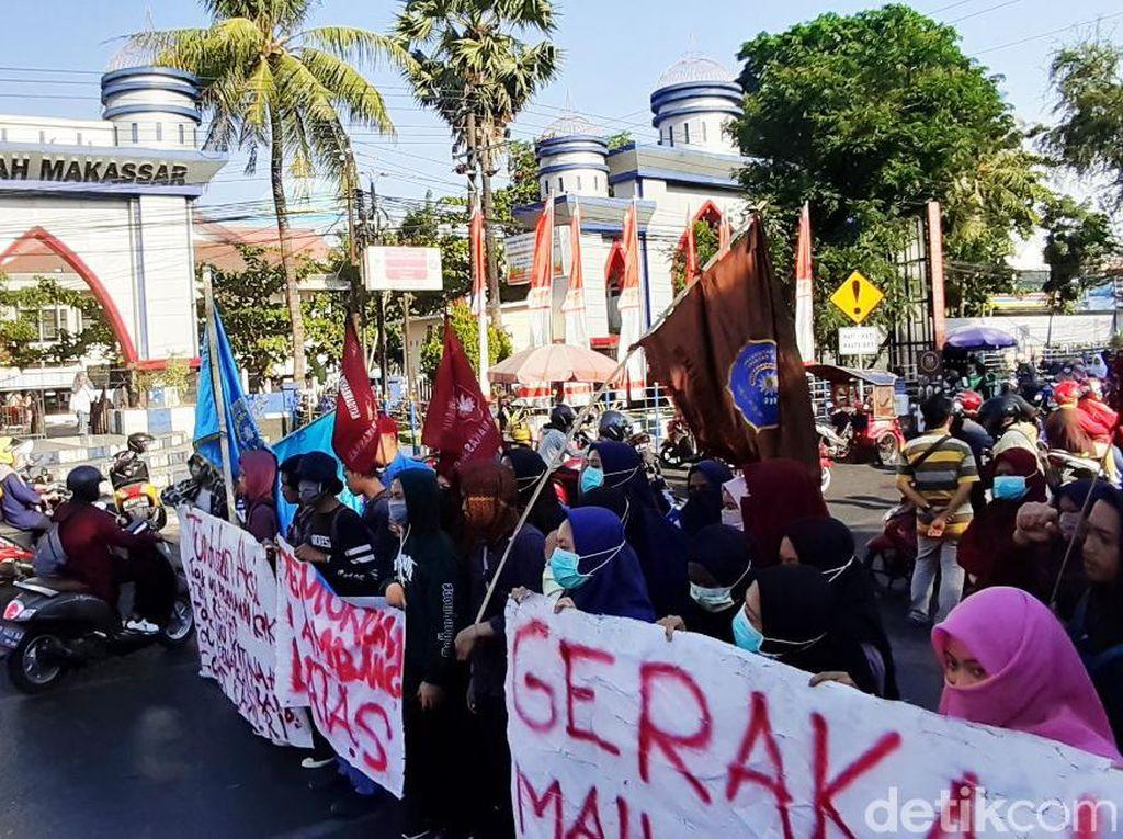 Mahasiswa Makassar Demo Blokir Jalan, Desak Jokowi Pilih Menteri yang Bersih