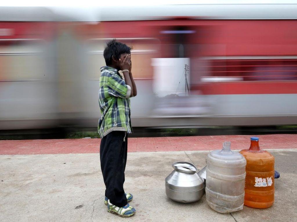 Kisah Bocah Pengangkut Air, Tiap Hari Naik Kereta 14 Km