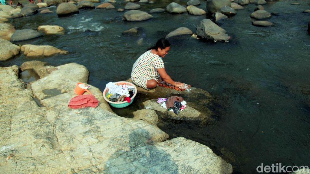 Warga Jasinga Bogor Manfaatkan Air Sungai untuk Mencuci