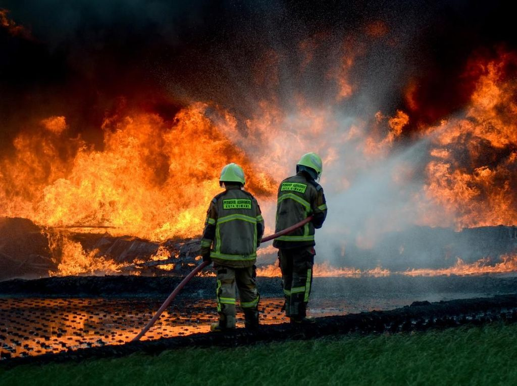 Petugas Damkar Berjibaku Padamkan Kebakaran Pipa Minyak Pertamina