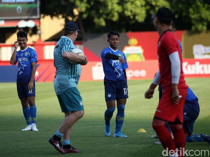 Pemain Persib Bandung tak diangkut rantis saat melawat ke markas Bhayangkara FC di Jakarta. (Foto: Agung Pambudhy/detikcom)