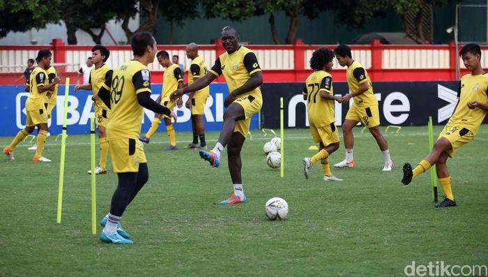 Para pemain Bhayangkara FC menjalani latihan di Stadion PTIK, Jakarta.