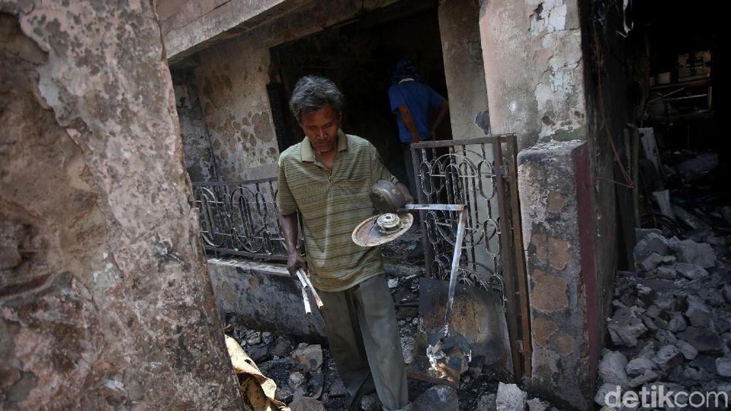 Mengais yang Tersisa dari Kebakaran di Jatinegara
