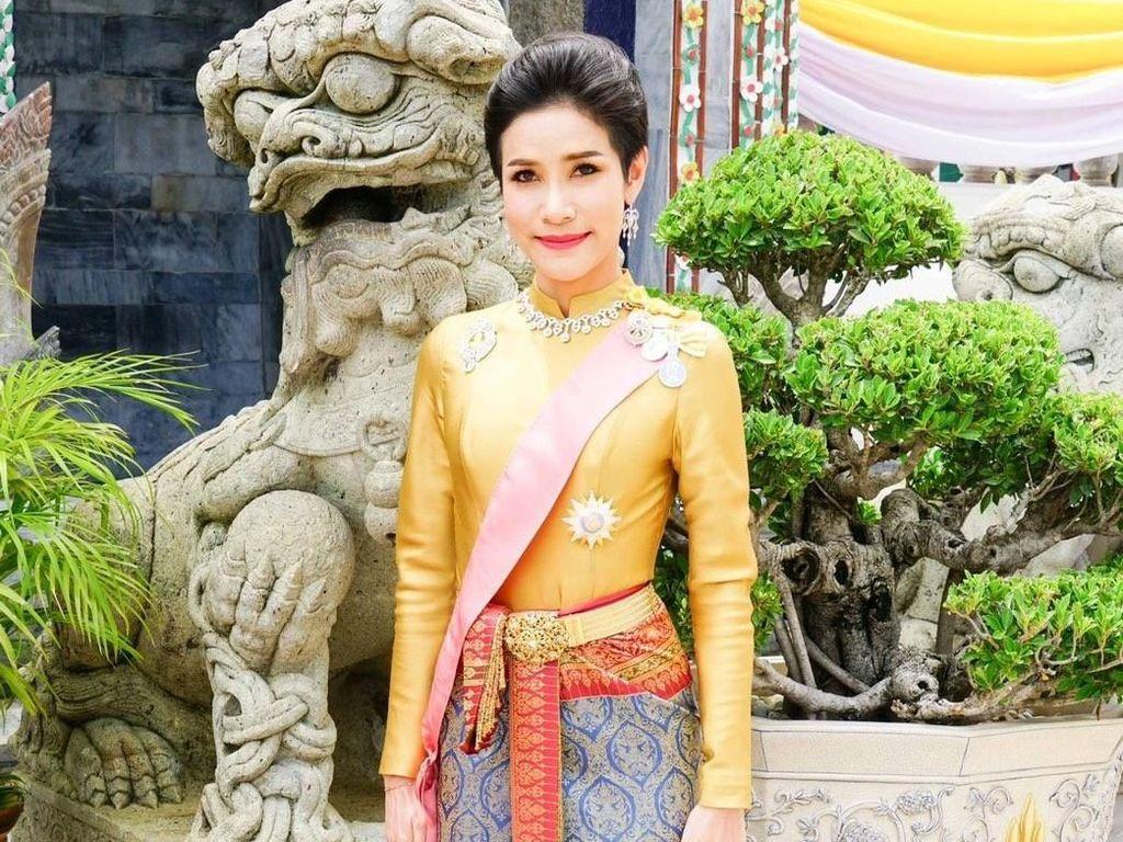 1.400 Foto Syurnya Bocor, Selir Raja Thailand Sibuk Ikut Sang Raja Blusukan