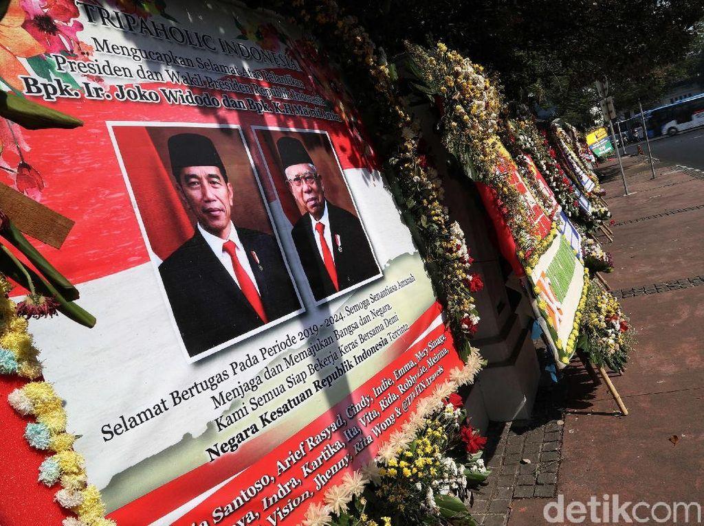 Jejeran Karangan Bunga untuk Jokowi-Maruf di Istana