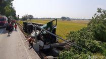 Sopir Ngantuk, Truk Kontainer Terguling di Jalur Lingkar Utara Sragen