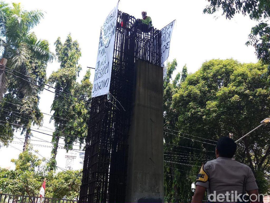 Pria yang Panjat Beton di Belakang DPR-Tagih Janji Jokowi Ternyata Agustinus