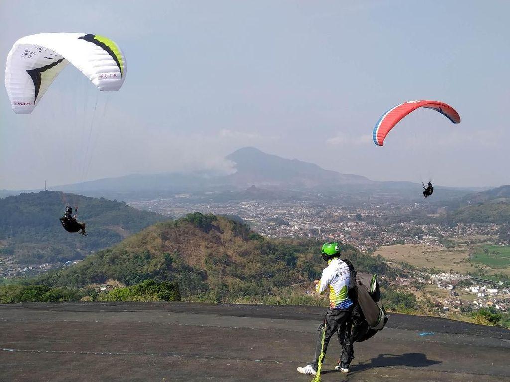 Peserta Kejuaraan Paralayang di Sumedang Jajal Venue Kampung Toga