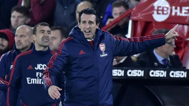 Arsenal's head coach Unai Emery gives instructions during the English Premier League soccer match between Sheffield United and Arsenal at Bramall Lane in Sheffield, England, Monday, Oct. 21, 2019. (AP Photo/Rui Vieira)