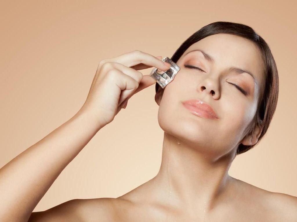 Skincare Alami! 5 Manfaat Keren Pakai Es Batu untuk Kulit Wajah