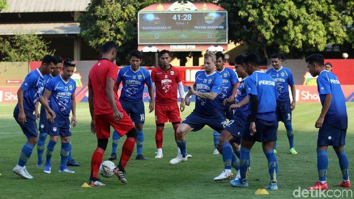 Persib Bandung hadapi Bhayangkara FC. (Foto: Agung Pambudhy)