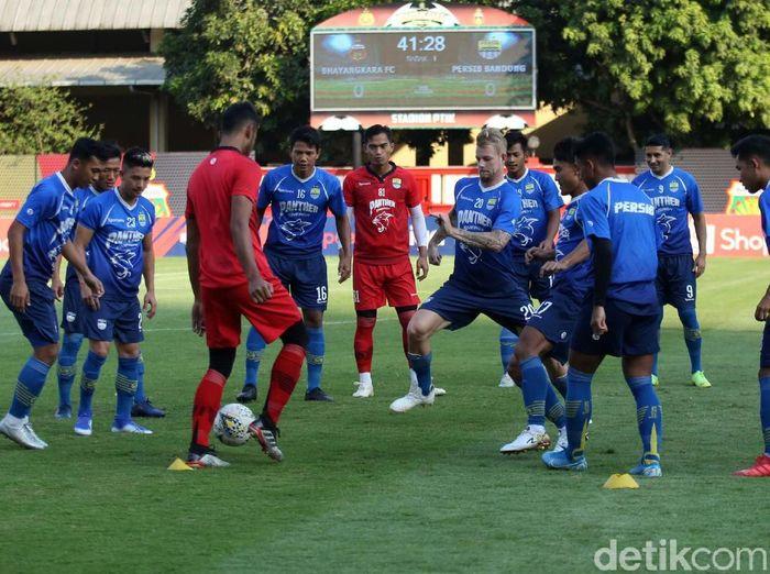 Pemain Persib Bandung bersiap menghadapi Bhayangkara FC. (Foto: Agung Pambudhy/Detikcom)