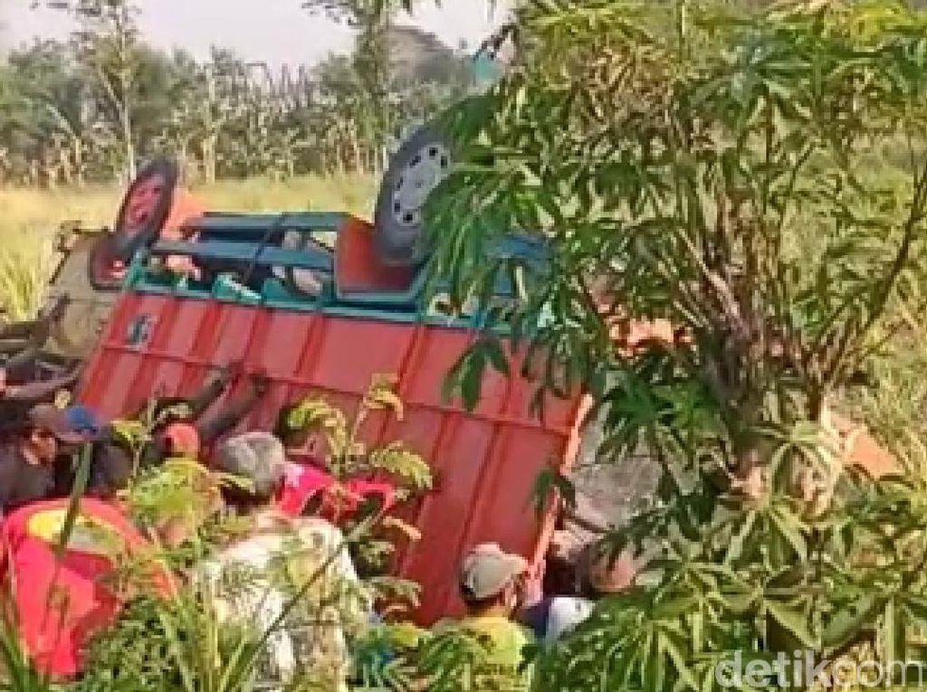 Truk Muat Puluhan Buruh Tani Terguling di Sawah, Satu Tewas dan 10 Luka