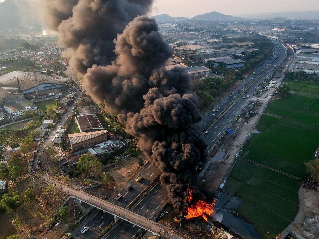 Pertamina Berhasil Padamkan Kebakaran Pipa di Tol Padalarang