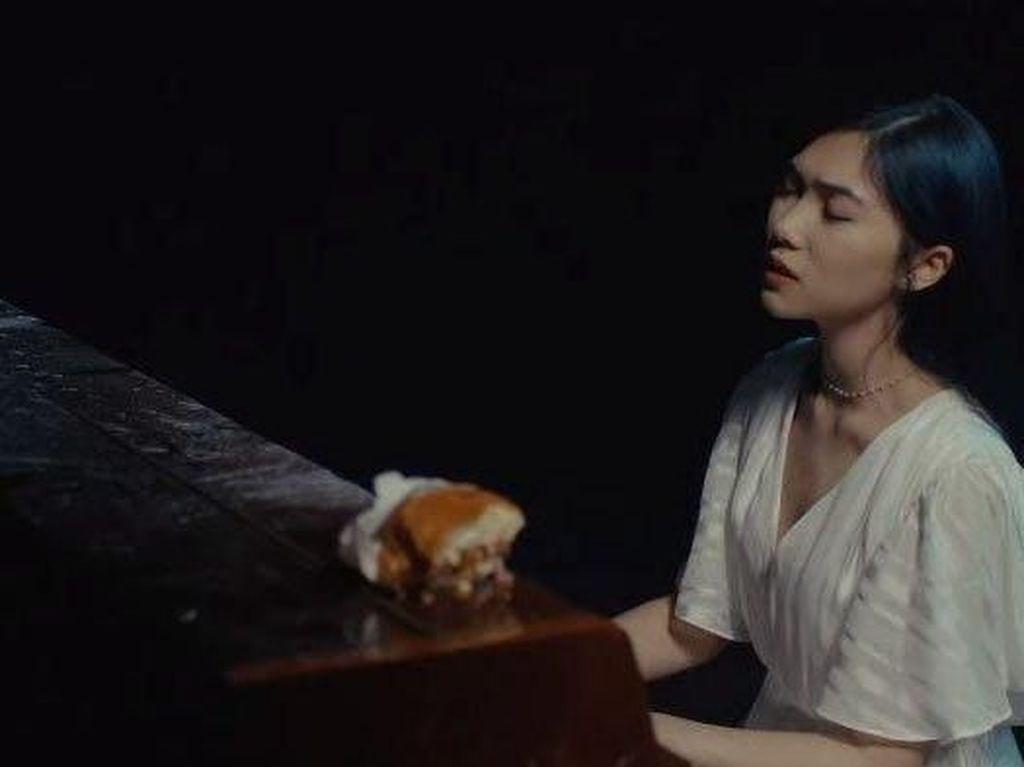 Alasan Isyana Sarasvati Main Piano Sambil Makan Burger di Klipnya