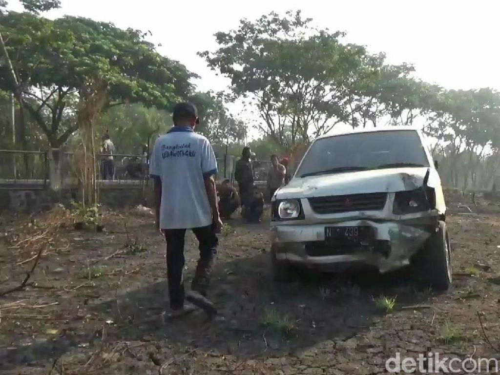 Pecah Ban, Mobil Petakziyah Oleng dan Nyelonong ke Lahan Pabrik