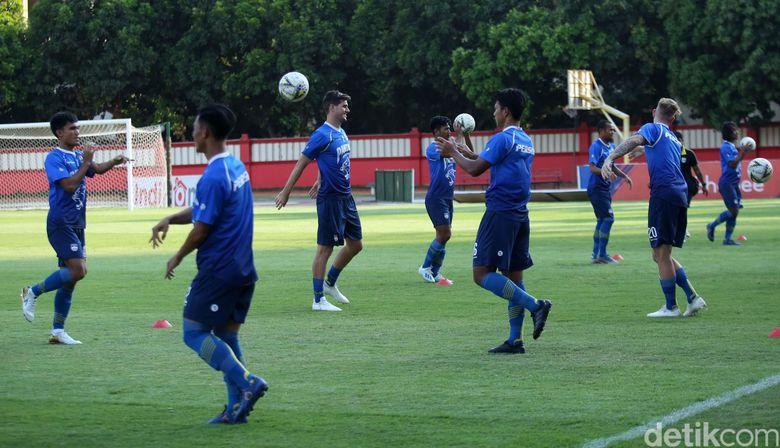Pemain Persib menjalani latihan di Stadion PTIK, Jakarta, Selasa (22/10/2019).
